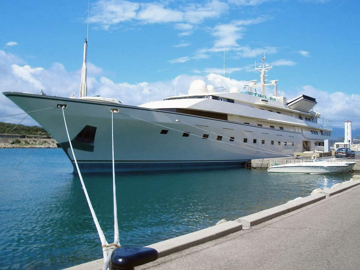 Kingdom 5KR is a 281 foot/85.65 metre superyacht owned by Al-Waleed bin Talal.