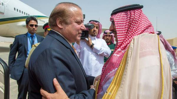 King Salman meets with Pakistani PM Nawaz Photo: SPA
