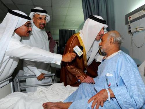 Prince Saud visiting victims of the attack in Qatif hospital (Photo SPA)